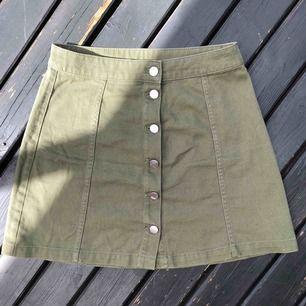 Superfin khakigrön kjol från HM som tyvärr måste säljas pga för liten. Fint skick. Frakt tillkommer 50:-.