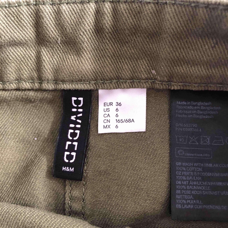 Superfin khakigrön kjol från HM som tyvärr måste säljas pga för liten. Fint skick. Frakt tillkommer 50:-. . Kjolar.