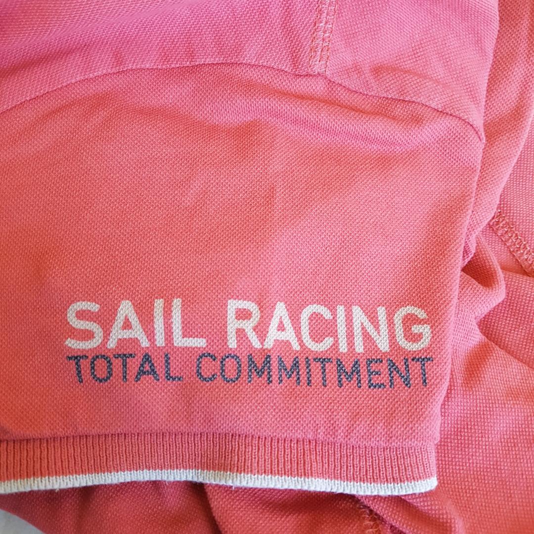 En korallfärgad sail racing t-shirt som har vita ditaljer på bröstet och ärmen. Helt oanvänd så den är i bra skick. Ordinarie pris 450:-. Är i storlek M men skulle säga att den passar bra på en S då den är ganska liten i storleken. Köparen står för frakten!🌻. T-shirts.