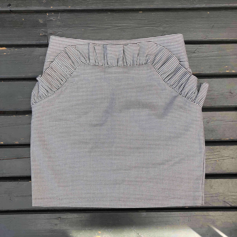 Finaste kjolen i schackrutigt mönster köpt förra året. Som ny!! Måste tyvärr säljas pga för liten. Frakt tillkommer 50:-. . Kjolar.