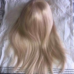 Säljer min blonda peruk i äkta hår, ljusblond från märket rapunzel of sweden! Köpt för 7000, använd 3 gånger. Klippt i lugg & går att styla som vanligt hår
