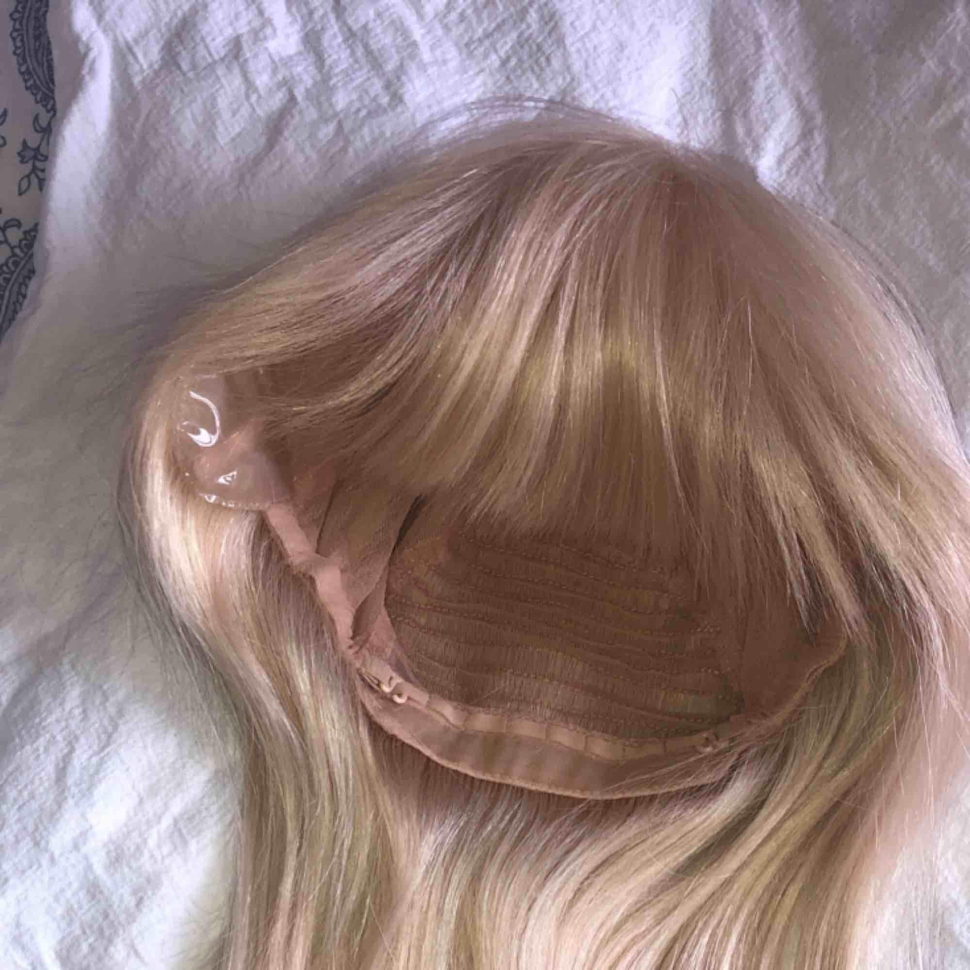 Säljer min blonda peruk i äkta hår, ljusblond från märket rapunzel of sweden! Köpt för 7000, använd 3 gånger. Klippt i lugg & går att styla som vanligt hår. Accessoarer.