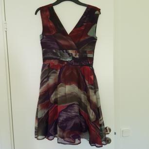 En klänning från stockh LM och har fjäder mönster på hela klänningen. Den har en dragkedja på ena sidan och är v-ringad på både fram och baksida. Väldigt fin och helt oanvänd, dock inte prislappen kvar. Säljes pågrund av att den är förstor för mig som är en 34. Köparen står för frakten!🌻