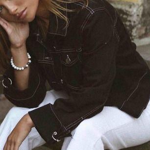 Svart vintage jacka med vita sömmar Sparsamt använd  Inköpt på Nakd för ett tag sedan, strl M