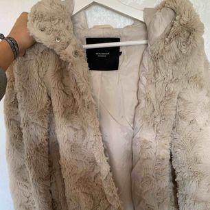 Säljer min i princip OANVÄNDA faux fur / päls jacka från vero Moda, storlek s men skulle säga att den passar för både s och xs, 150kr org 300