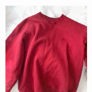 Vintage röd oversized adidas sweatshirt. Super mysig och mjuk inuti! Passar på vem som helst som vill ha en stor skön sweatshirt