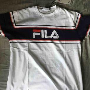 Helt ny fila T-shirt storlek medium som är för liten för mig, köptes för 250kr på boozt, säljs för 175kr.