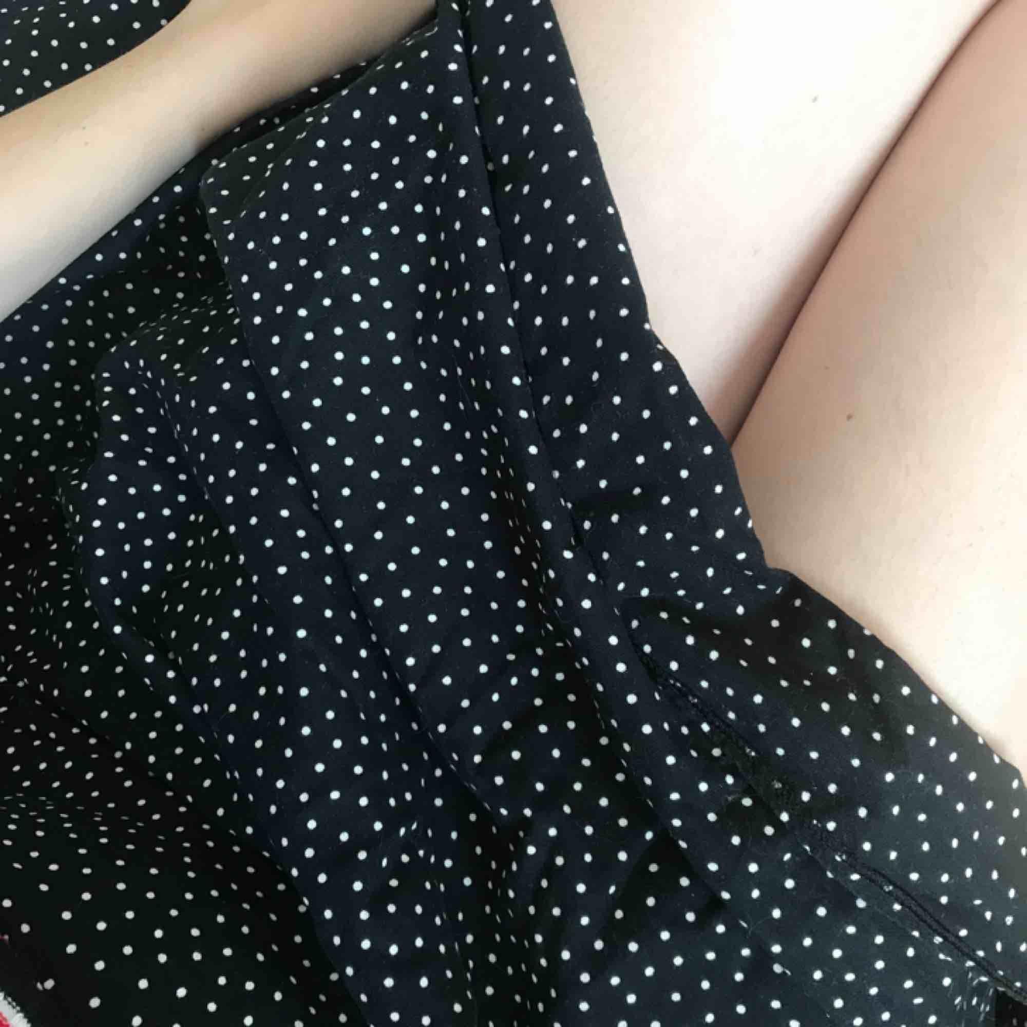 Prickig midi-kjol som räcker till knäna. Mörkblå, nästan svart, trendig. Kjolar.