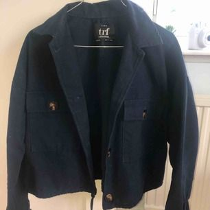 Marinblå jacka med fickor från Zara. Använd fåtal gånger så den är nästan som ny! Lite kortare och tunnare så den funkar perfekt till vår, sommar och även höst. Nypris 399kr