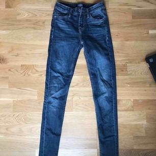 Mörkblå jeans från märket crocker, riktigt snygg färg! Använda max 5 ggr, fint skick. Sitter bra på. Storlek 25 i midjan och 30 på längden, (motsvarar xs-s) Betalning via swish, köparen står för frakt