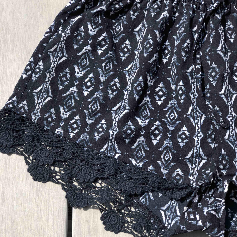 Söta shorts med mönster! Passar både XS och S, frakt är redan inkluderat i priset!. Shorts.
