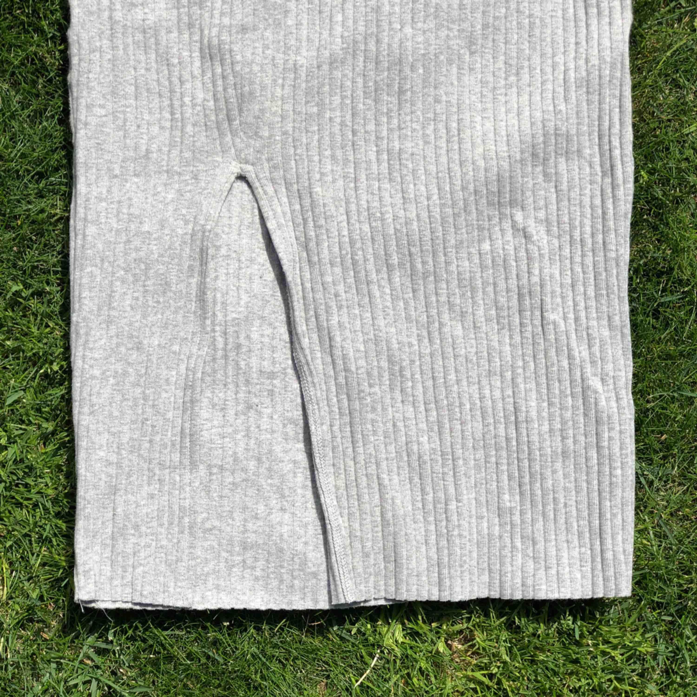 Väldigt snygg kjol i ribbat material som är väldigt stretchigt! Frakt är inkluderat !. Kjolar.