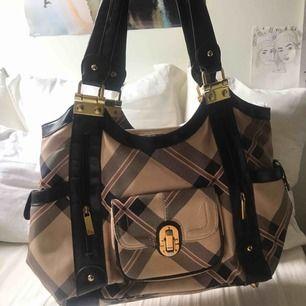 Snygg handväska med burberry inspo
