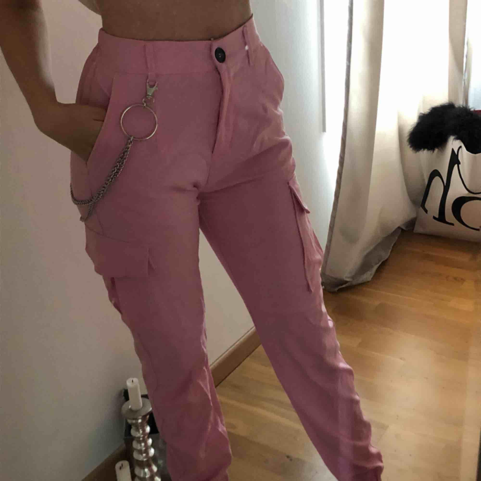 Skönaste cargo-pants jag vet, mer stretch i midjan och sitter skitsnyggt! Använd 1 gång. Jeans & Byxor.