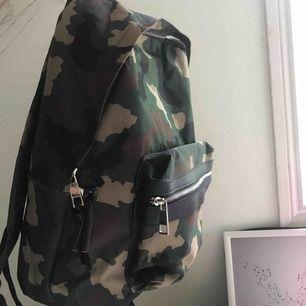 Fåtal använd ryggsäck med camouflage mönster.