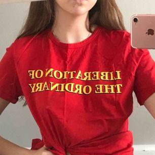 """Tshirt med text """"liberation of the ordinary"""", jag har storlek S men har den lite oversized"""