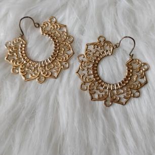 Bohemiska ö    rhängen i guld med orientaliskt mönster. Köpta på H&M för några år sedan men knappt använda.