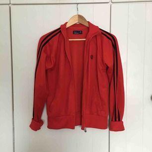 Fetcool röd Fred Perry jacka vars färg motsvarar den första bilden bäst! Stl är 40 men skulle lätt säga att den funkar om du har xs/s/m likaså 👌🏼👌🏼