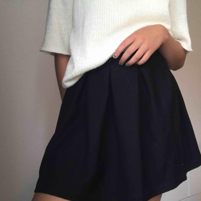 Oanvänd svart kjol. Kjolar.