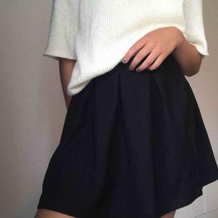 Oanvänd svart kjol