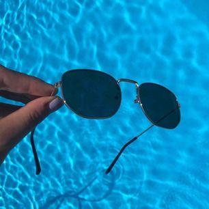 Aldrig använda solglasögon från Forever21. Fodral och frakten ingår i priset. Svart glas med guldramar. 💕kolla gärna på allt annat jag säljer💕