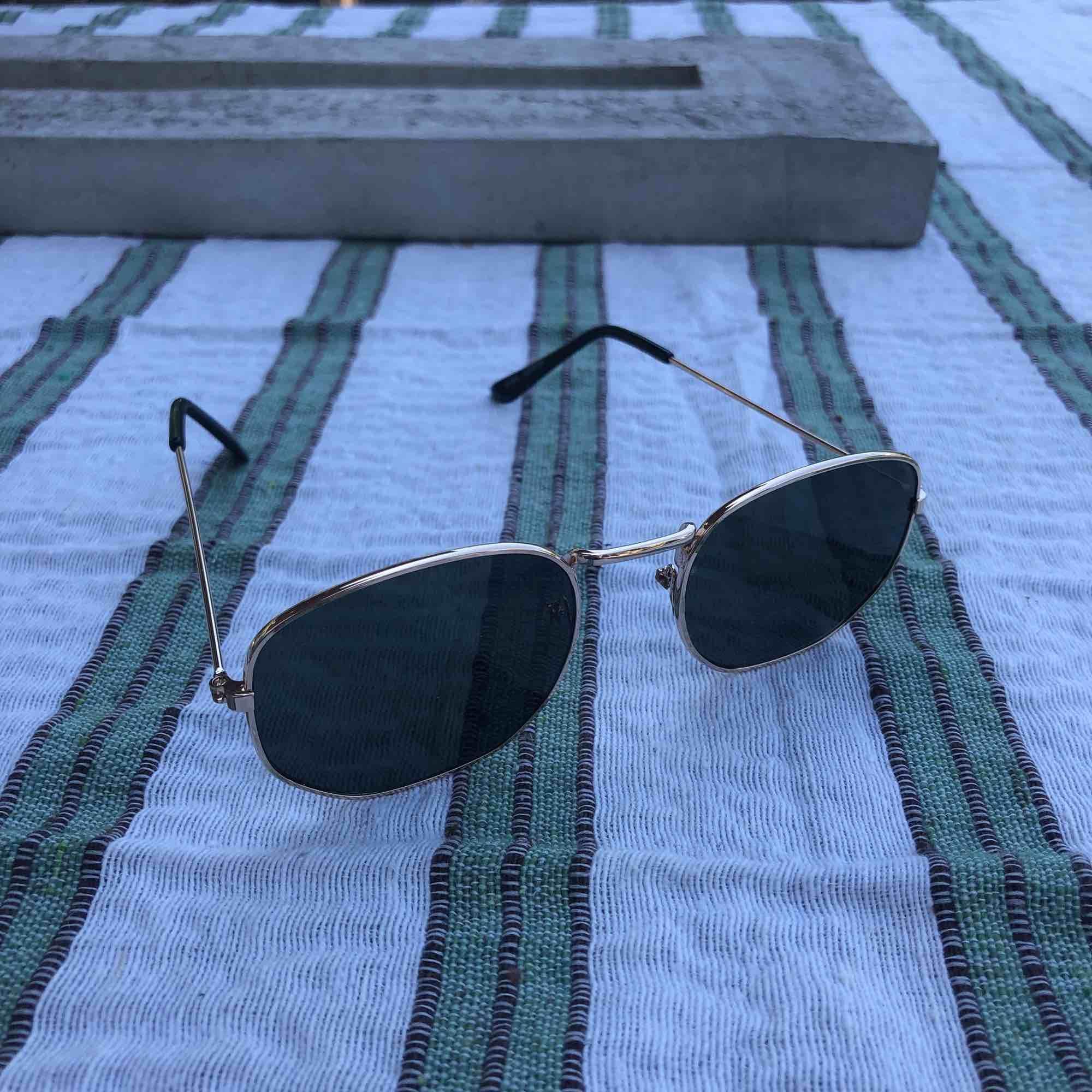 Aldrig använda solglasögon från Forever21. Fodral och frakten ingår i priset. Svart glas med guldramar. 💕kolla gärna på allt annat jag säljer💕. Accessoarer.