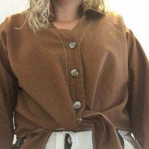 En fin brun tröja från Zara med knyt. Den har en liten krage samt tre knappar på framsidan. Armarna är också insida längst ut. Aldrig använd☀️