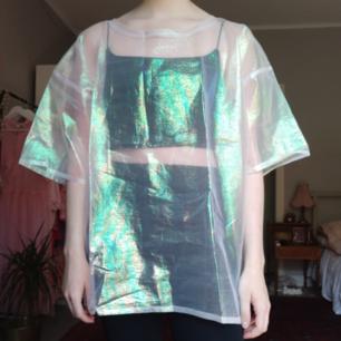 T-shirt i skimmrande genomskinligt tyg från Monki.
