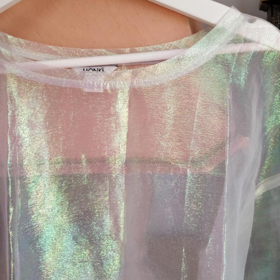 T-shirt i skimmrande genomskinligt tyg från Monki. . T-shirts.