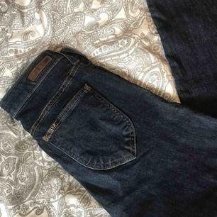 Högmidjade Lee jeans!