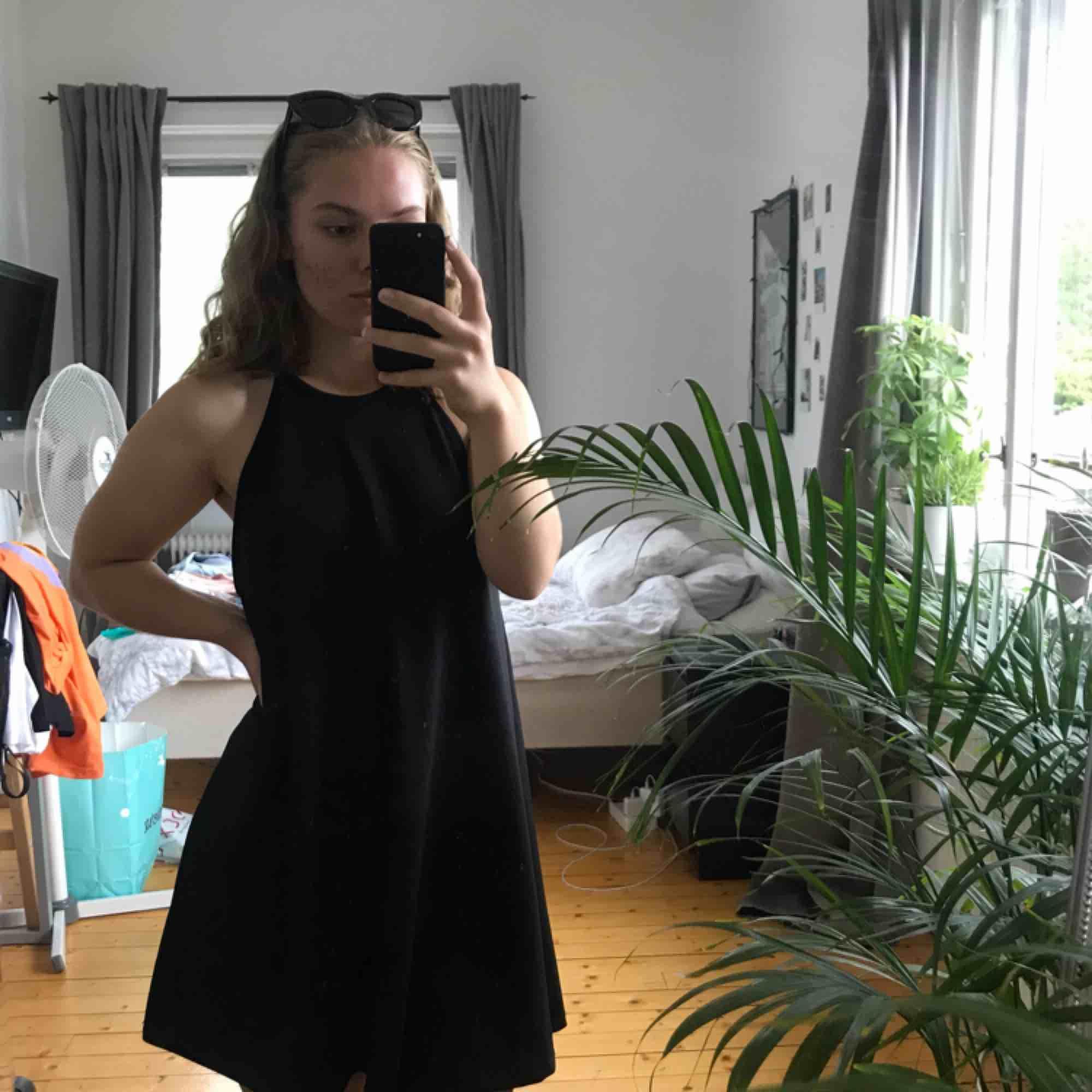 Svart simpel klänning som slutar precis ovanför knäna. Lite för stor för mig och används därför inte. Hör av dig om du vill ha mer bilder!  Köparen står för frakt.  OBS, alla kläder måste säljas innan augusti, det som blir över doneras till välgörenhet . Klänningar.