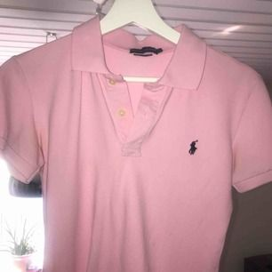 Säljer min rosa polo Ralph lauren piké tröja, storlek s och sitter jätte fint. Bara testad, köptes på Zalando för 999kr och säljer den nu för 500kr, kan sänka priset vid snabb affär. Svårt med att ladda upp bilder så skriv om ni vill ha fler.