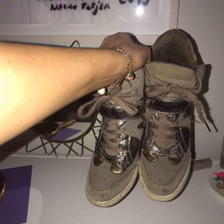 Säljer tyvärr mina as balla sneakers med kilklack från El Corte Inglés. Köpte för ca 1200kr och de är välanvända, därav priset. 😍😅Strl 38, men passar mig som har 39!. Skor.