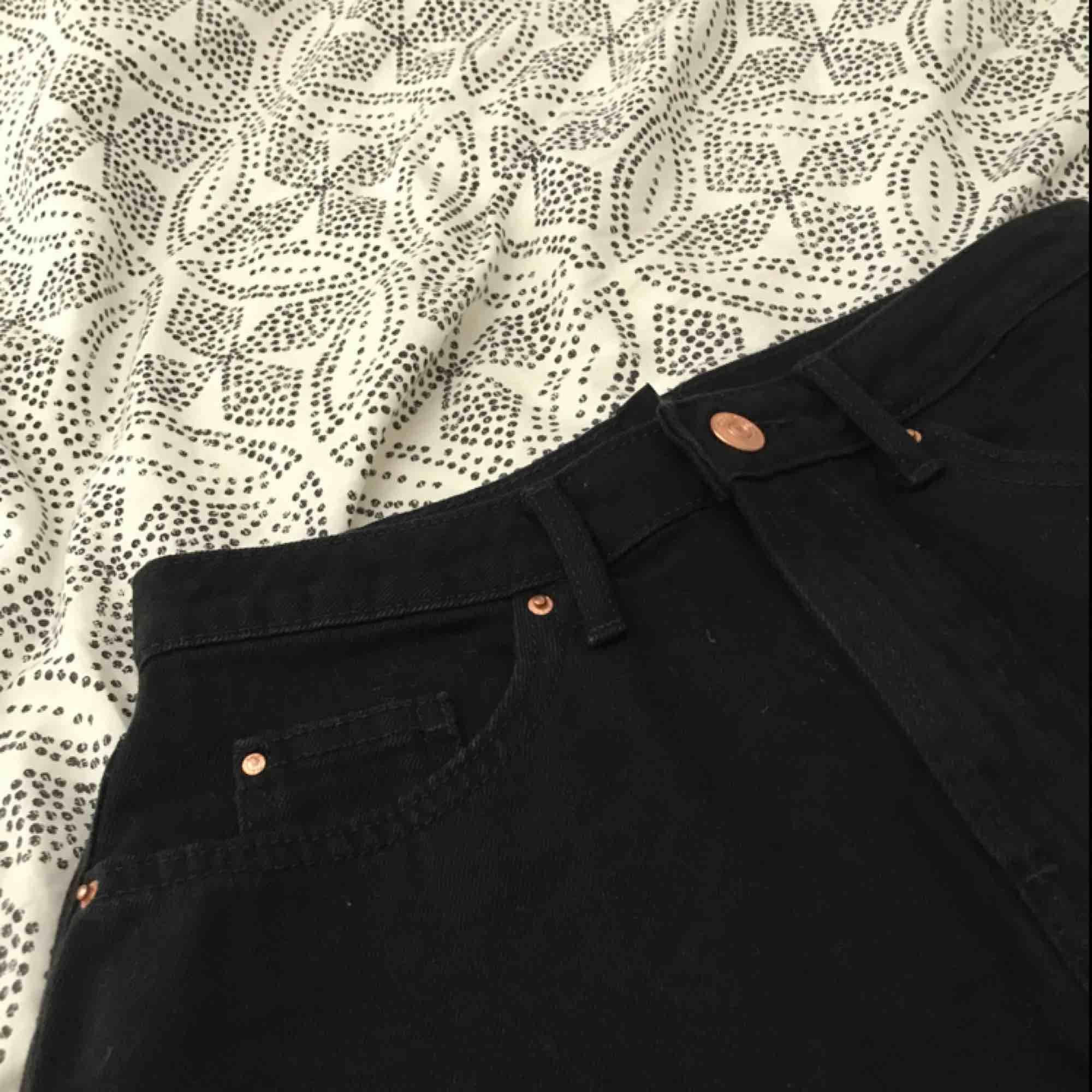 En svart jeanskjol från hm.Använd 2-3 gånger.Bra skick.Köparen står för frakt🥰. Kjolar.