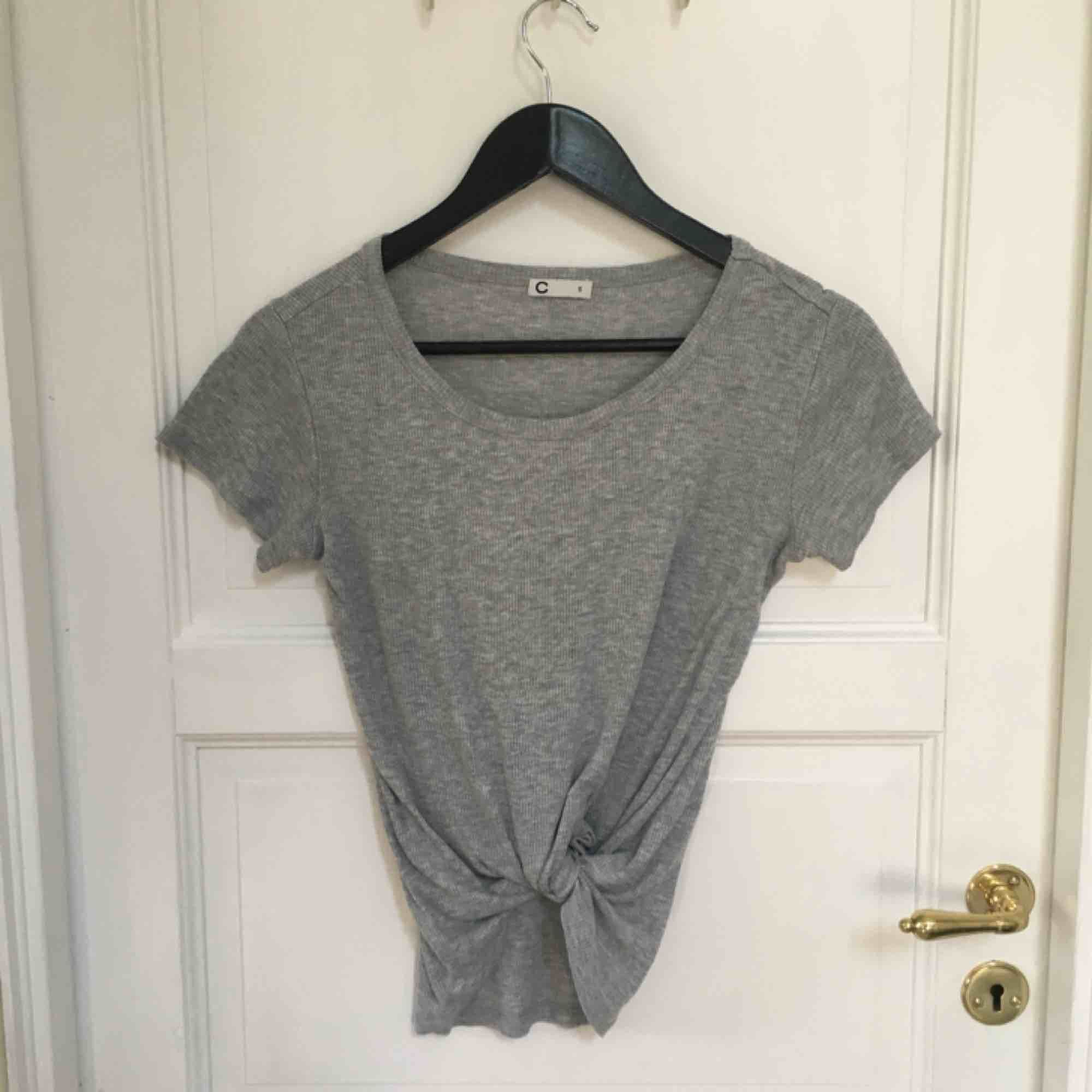 Ribbad grå tröja från Cubus, snygg att knyta! Helt felfri och knappt använd . T-shirts.