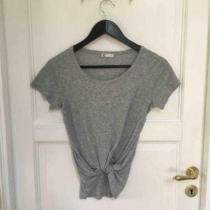 Ribbad grå tröja från Cubus, snygg att knyta! Helt felfri och knappt använd