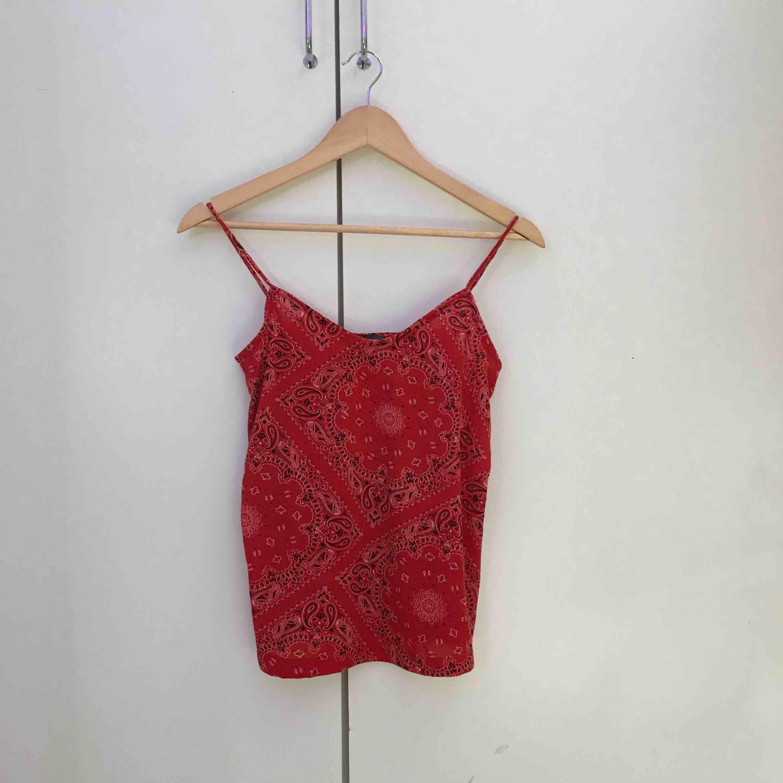 Skitfin linne med coola detaljer  Frakten står köparen för. Toppar.