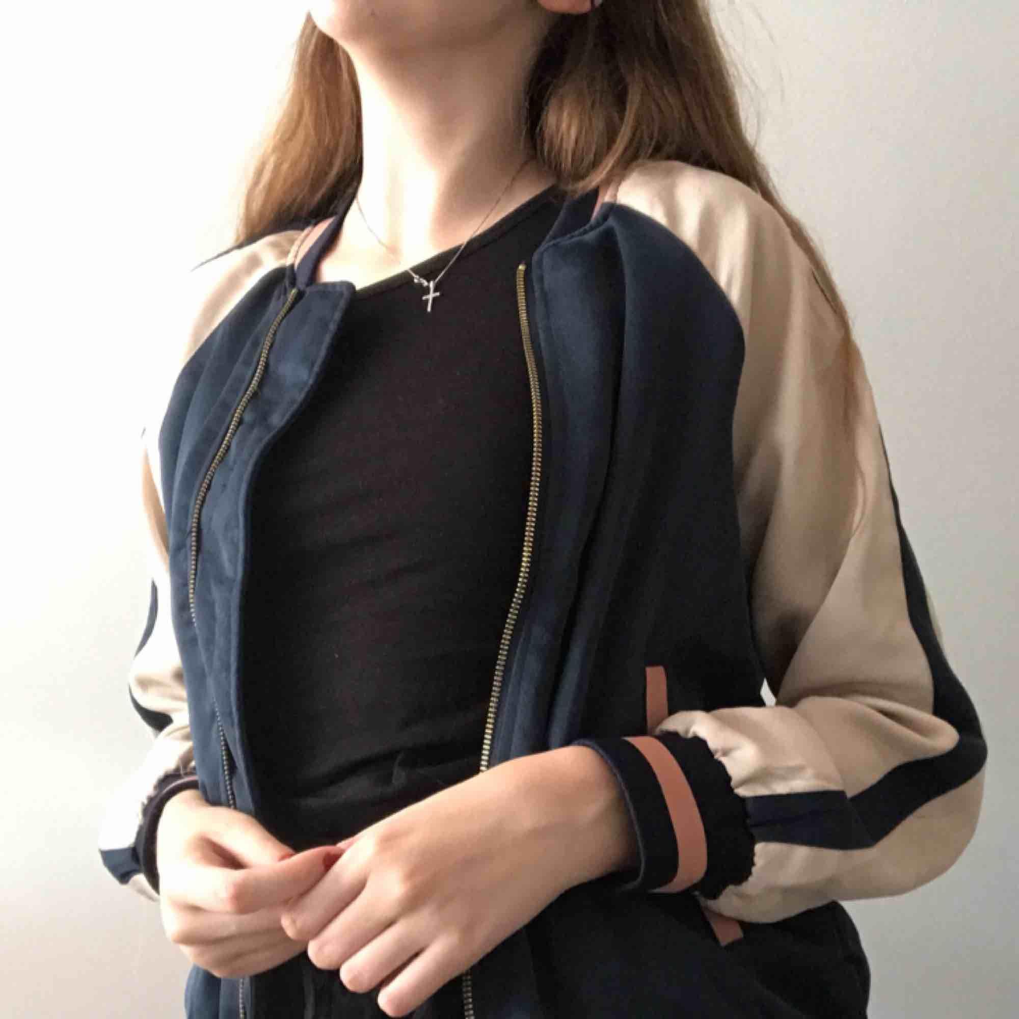 Sportig jacka i härliga färger🦑 har tyvärr inte kommit till användning. Sitter bra på en S & M också. Jackor.