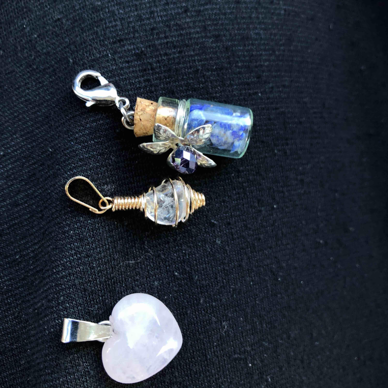 Kristall stenar från bergen i los Angeles, handgjorda av specialister. Ny köpta men kom aldrig till användning, 60kr/st eller 3 för 150kr . Accessoarer.