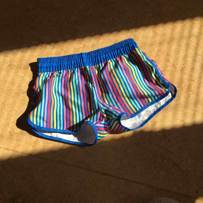 Färgglada shorts som också visar fina kurvor  Frakten står köparen . Shorts.