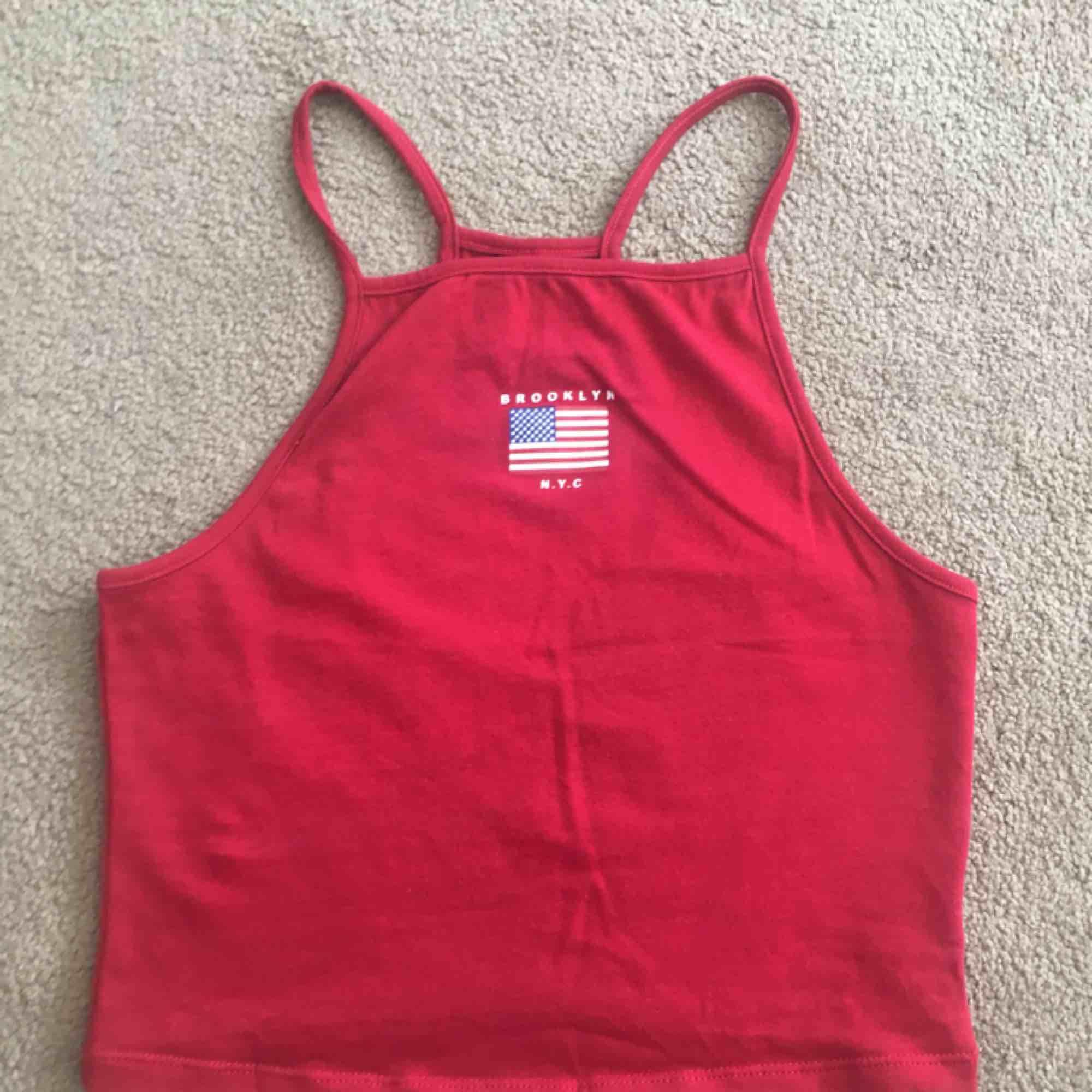 Jag säljer detta röda linnet ifrån hm, då det aldrig kommer till användning och därav väldigt fint skick. Skicka privat för fler bilder eller intresse. Vi kan även komma överens om ett bra pris, köparen står för frakten!. Toppar.