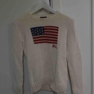Snygg stickad tröja ifrån Polo Ralph Lauren. Knappast använd därmed i väldigt fint skick. Stilrent med ett coolt tryck på tröjan:)