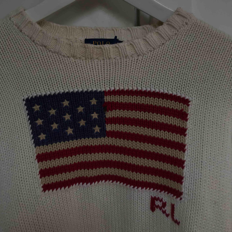 Snygg stickad tröja ifrån Polo Ralph Lauren. Knappast använd därmed i väldigt fint skick. Stilrent med ett coolt tryck på tröjan:). Tröjor & Koftor.