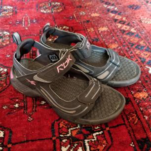 Reebok sandaler i strl 36.