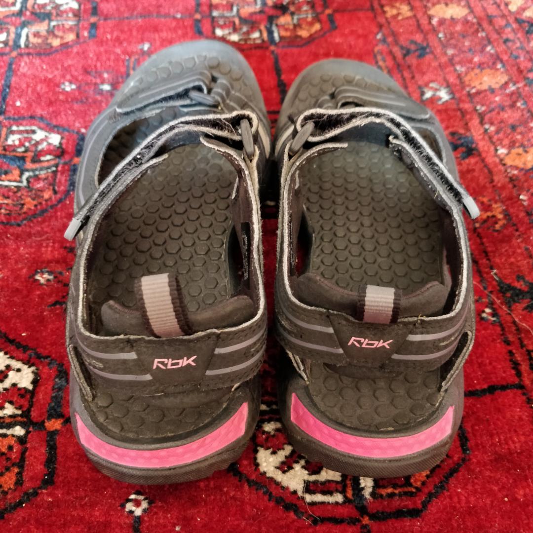 Reebok sandaler i strl 36. . Skor.