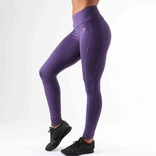 Måste säga hej då till dessa gymshark leggings då jag har för många och behöver pengar! Dem har bra fickor och är superfint material. Högmidjade upp till naveln och verkl bäst! Frakt är ~40kr och möter upp i Göteborg eller Borås!