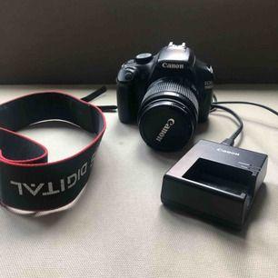 Canon EOS 1100D digital kamera med tillhörande objektiv och laddare. köpt för något år sedan för 4290 kronor. den fungerar utan problem och bilderna blir riktigt bra.