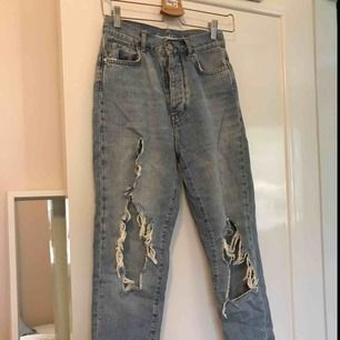 Supersnygga ripped jeans från Bik Bok! Användes bara fåtal gånger och är i fint skick. Frakt 60kr eller möter upp i Borås och Göteborg