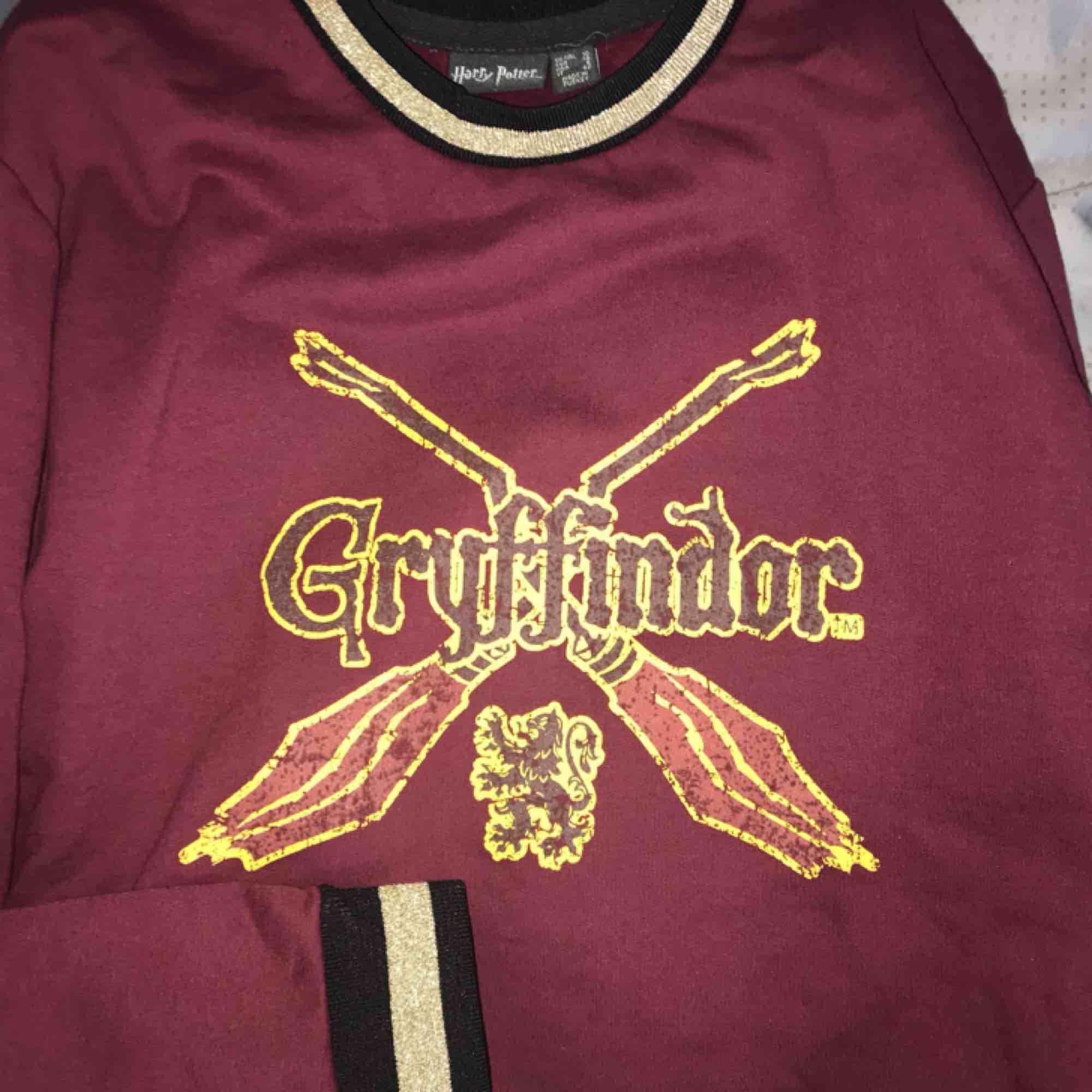 Gryffindortröja köpt ifrån harry potter-kollektionen av primark. Sjuuuukt mjuk på insidan🦁❤️💛. Tröjor & Koftor.