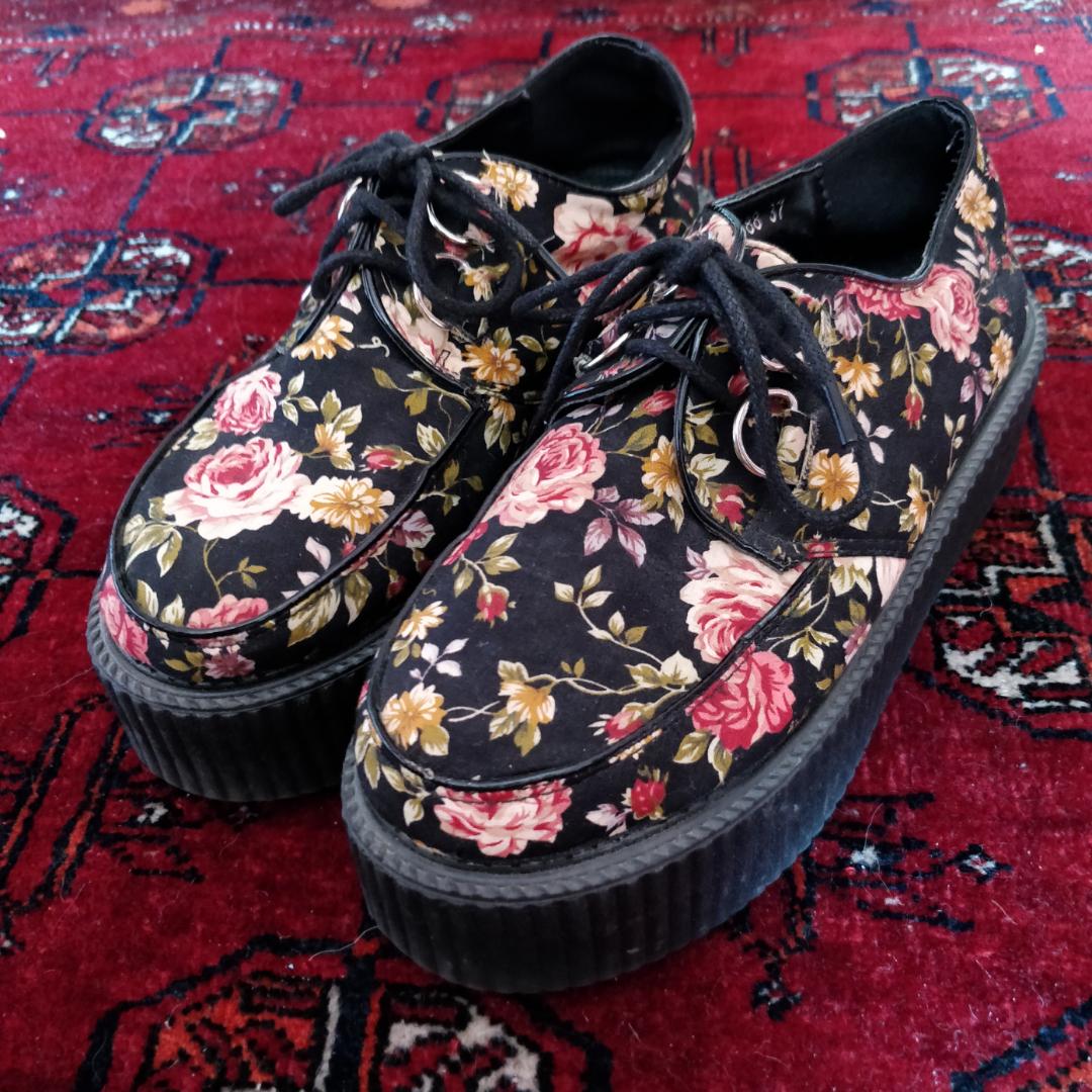 Creepers med blommönster och 5cm platå  . Köpta på Ebay. . Skor.
